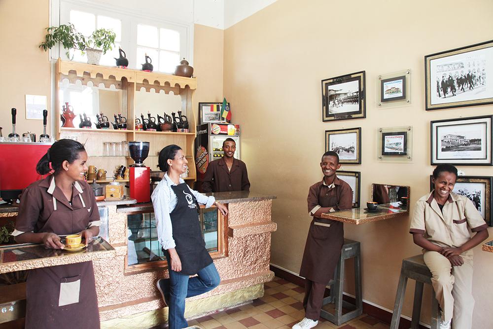 Quầy pha cafe Choche với những nhân viên mang nụ cười rạng rỡ