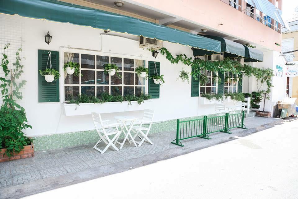 Tổng quan mặt ngoài quán cafe phủ đầy sắc xanh